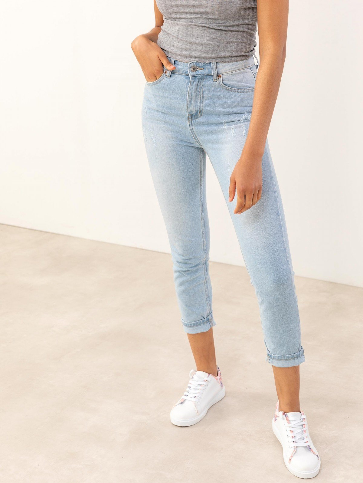 https://www.thefashionproject.gr/images/photos/mom-high-jeans-me-fthores-66040-a7xa.jpg