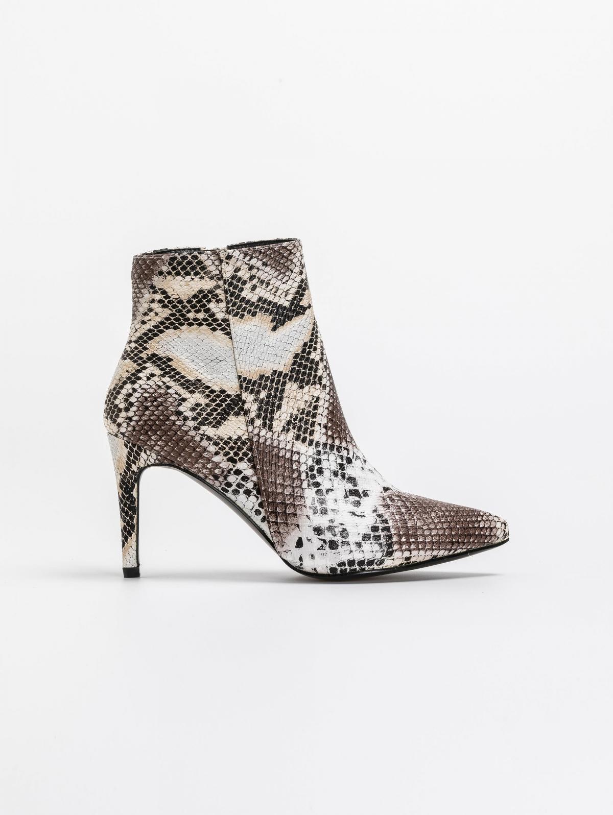 Μυτερά ankle boots με pattern φίδι - Καφέ