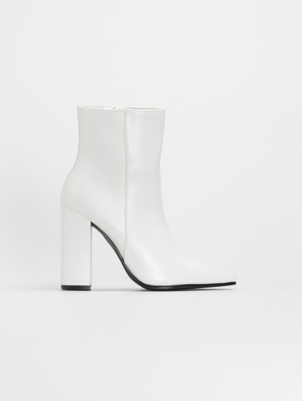 Μυτερά block heel μποτάκια με κάθετη ραφή - Λευκό