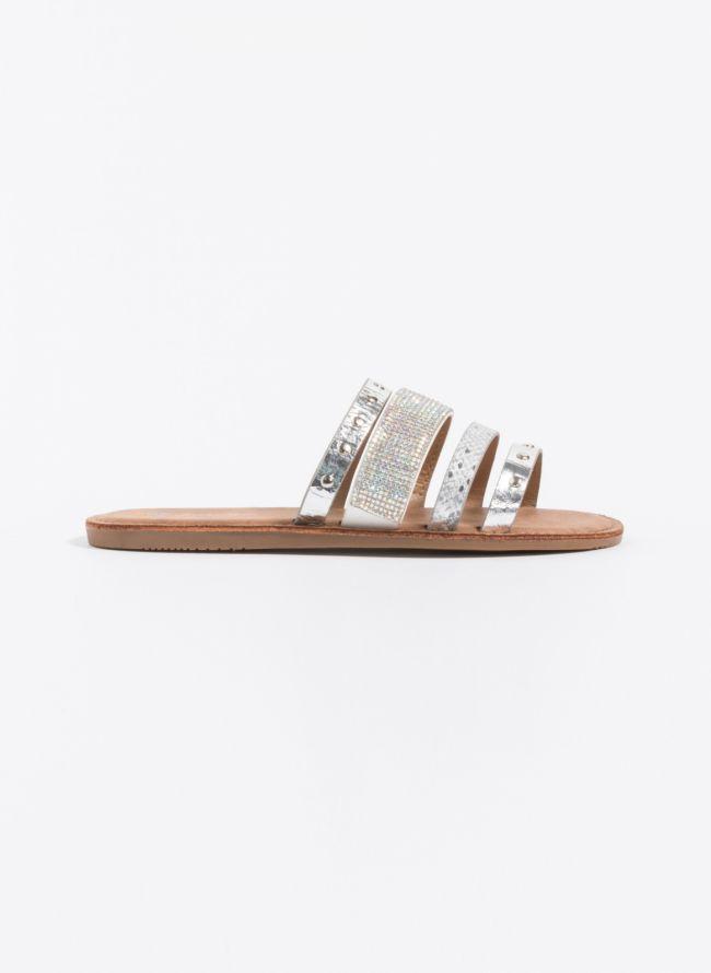 Flat σανδάλια σε μεταλλικές αποχρώσεις - Ασημί
