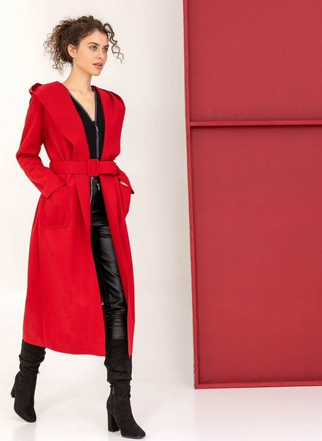 01cbb9eaee7 Μακρύ παλτό με κουκούλα και ζώνη - Κόκκινο - TheFashionProject