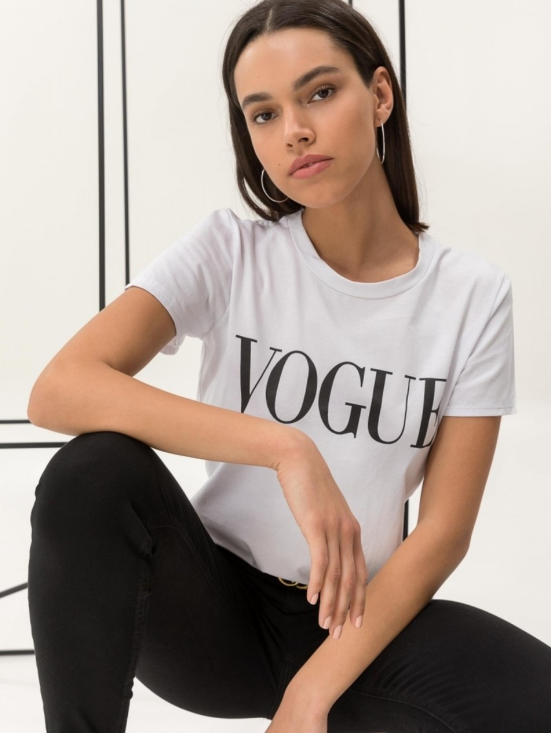 bbbe27e441e1 Κοντομάνικη μπλούζα με στάμπα VOGUE - Λευκό Μαύρο - TheFashionProject