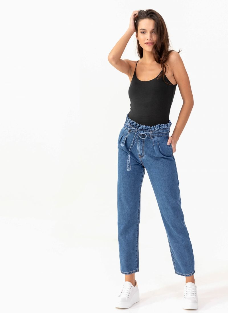 afb3c18646f0 Ψηλόμεσο mom fit παντελόνι με ζωνάκι - Μπλε jean - TheFashionProject