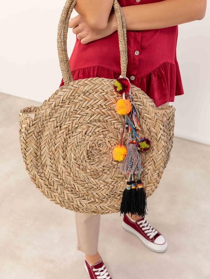17656c11aa Στρογγυλή ψάθινη τσάντα με κρόσσια και pom pom Β-1009 - Φυσικό ...