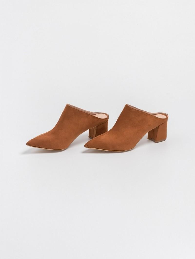 Suede μυτερά mules με τετράγωνο τακούνι